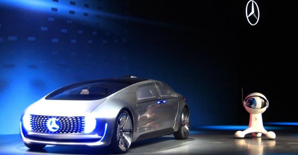 6.jan.2015 - A Mercedes-benz apresentou o veículo F 015 Luxury in Motion. Ainda um conceito, o carro seria capaz de dirigir sozinho pelas ruas, assim como o modelo desenvolvido pelo Google. O veículo da Mercedez, no entanto, possui muito mais luxo e estilo - o que o deixa mais distante da realidade