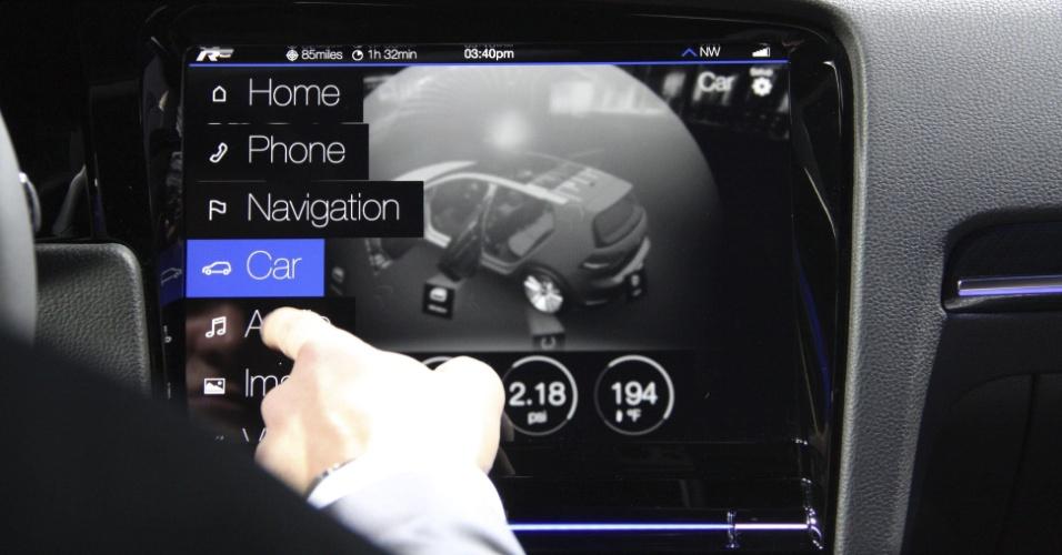 6.jan.2015 - A Volkswagen mostrou na CES 2015 uma versão do Golf, chamada R Touch, que conta com três telas sensíveis ao toque. Além de um sistema de entretenimento (destaque na foto), a região do painel e os controles de ar, por exemplo, são todos controlados por um sistema touchscreen. Não foi divulgada data de lançamento para o veículo com esse conjunto de displays