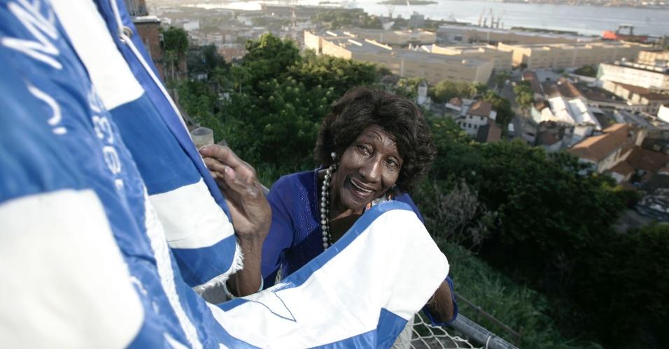 6.jan.2015 - Maria das Dores Alves, a Tia Dodô, uma das figuras mais importantes do Carnaval carioca, morreu nesta terça-feira (6), aos 95 anos. Ela estreou na Portela aos 14 anos como a primeira porta-bandeira e, deste então, nunca deixou de desfilar pela escola