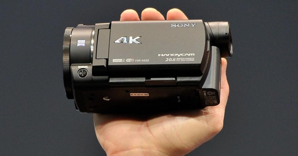 6.jan.2015 - Na CES 2015, a Sony mostrou a câmera Handycam 4k, que filma em resolução quatro vezes superior a FullHD. Um dos destaques do modelo é um sistema de estabilização automática de imagem, chamado SteadyShot. Segundo a companhia, o aparelho deve chegar às lojas por cerca de US$ 1.000. Não foi divulgado quando estará disponível ao público