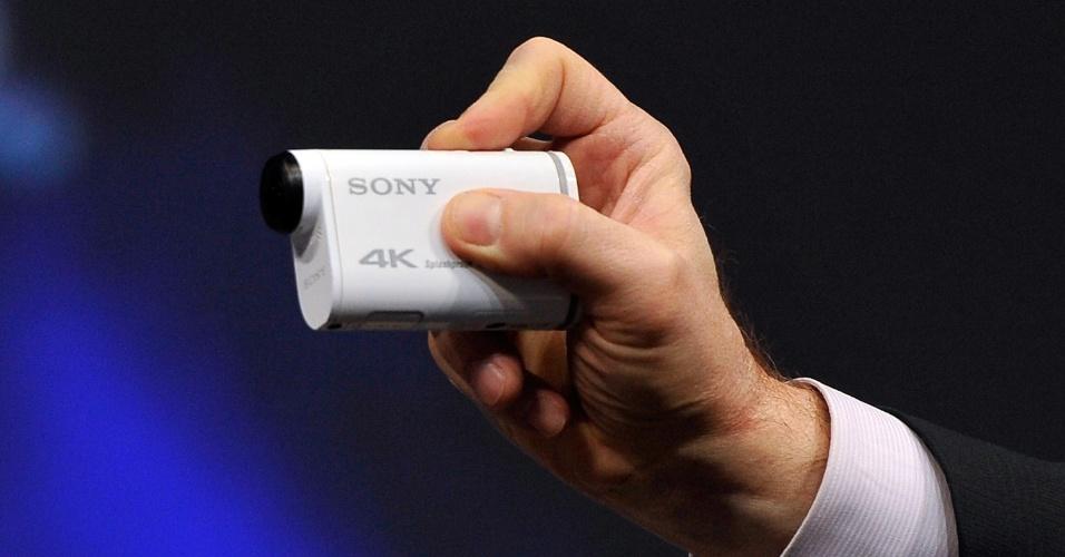 6.jan.2015 - Na onda de câmeras de ação, como a GoPro, a Sony mostrou na CES 2015 modelo Action Cam FDR-X1000V. O aparelho tem como diferencial a captação de imagens em 4k (resolução quatro vezes superior a FullHD). A câmera vai começar a ser vendido nos Estados Unidos em fevereiro e tem preço sugerido de US$ 500