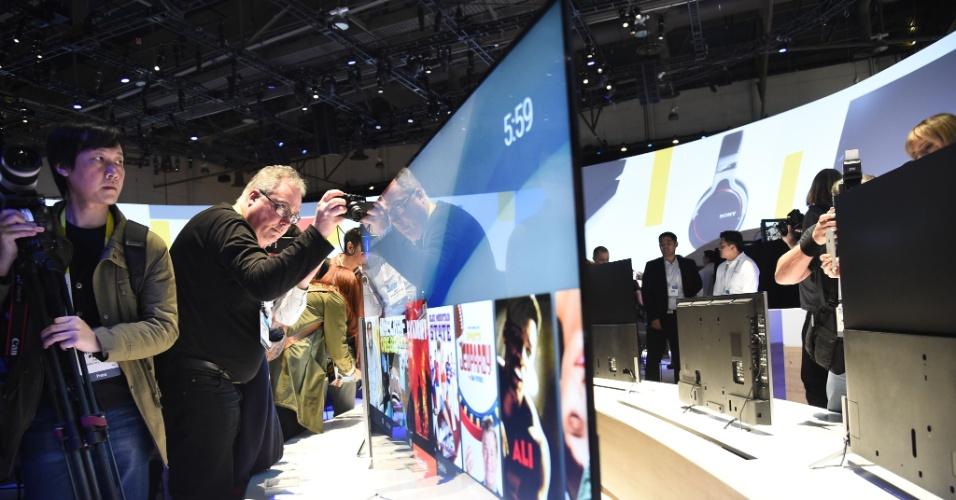 6.jan.2015 - Visitante observa a televisão Bravia X900C 4K, da Sony, apresentada durante a CES 2015, evento de tecnologia realizado em Las Vegas (Estados Unidos). A Tv da marca japonesa chama a atenção pelos 4,9 milímetros de espessura -- fazendo com que o dispositivo seja mais fino que a maioria dos smartphones disponíveis no mercado. O aparelho mostrado, como outros dez modelos apresentados pela Sony, vem com sistema Android embarcado.