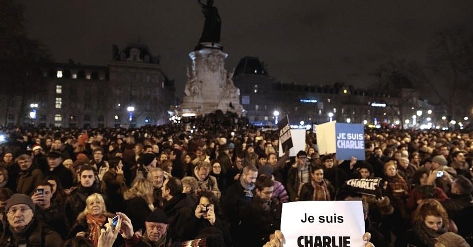 """7.jan.2015 - Mais de 100 mil pessoas se reuniram na Place de la Republique (Praça da República), em Paris, para homenagear as vítimas do ataque terrorista feito por homens armados que dispararam contra funcionários e mataram 12 pessoas na sede da revista """"Charlie Hebdo"""", na capital francesa nesta quarta-feira (7). Todos os serviços de segurança da França procuram pelos três homens suspeitos de terem cometido o atentado. Apenas em Paris, o contingente policial mobilizado nas buscas soma mais de 2.200 agentes"""