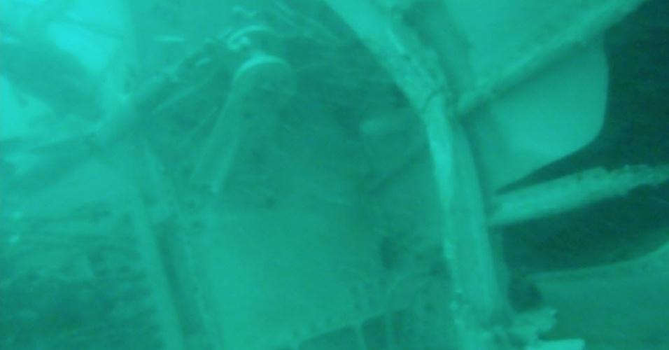 7.jan.2015 - As equipes de resgate encontraram nesta quarta-feira (7) os destroços da cauda do avião da AirAsia no fundo do mar de Java, onde a aeronave caiu no último dia 28 com 162 pessoas a bordo. O porta-voz da Agência Nacional de Busca e Resgate, Bambang Soelistyo, confirmou que os mergulhadores identificaram a cauda do Airbus A320 do voo QZ8510, o que aumenta as esperanças de que as caixas-pretas sejam encontradas