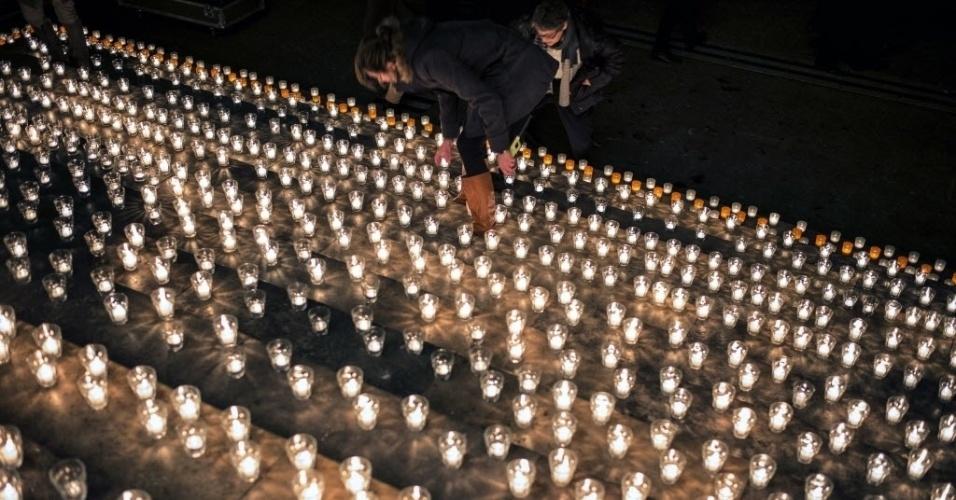 """7.jan.2015 - Centenas de velas em homenagem às vítimas do ataque à sede da revista """"Charlie Hebdo"""", em Paris, iluminam uma escadaria em Lyon, no leste francês.  Em manifestações espontâneas convocadas em redes sociais, milhares de pessoas em cidades europeias saíram às ruas para repudiar o atentado terrorista que matou 12 pessoas, das quais oito eram jornalistas, nesta quarta-feira"""