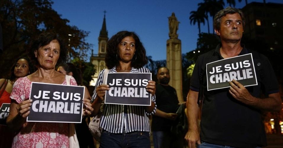 """7.jan.2015 - Cidadãos franceses e brasileiros participam de uma vigília homenagem às vítimas do ataque contra a revista satírica """"Charlie Hebdo"""", nesta quarta-feira (7), no Rio de Janeiro. 12 pessoas foram mortas, incluindo dois policiais, no ataque contra a sede da publicação em Paris"""