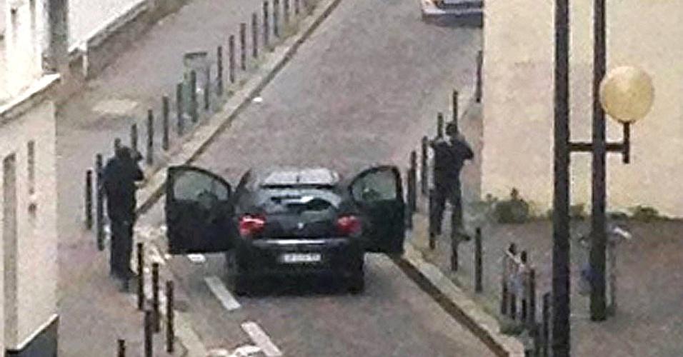 """7.jan.2015 - Homens armados e encapuzados abriram fogo contra funcionários da revista francesa """"Charlie Hebdo"""", em Paris, nesta quarta-feira (7), matando ao menos 12 pessoas. Em um primeiro momento, o presidente da França, François Hollande, confirmou 11 mortos, em entrevista coletiva no local, mas a promotoria atualizou o número para 12 vítimas, sendo dois policiais entre elas"""