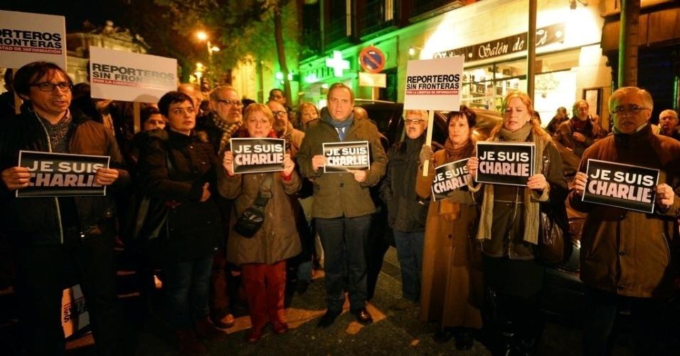 """7.jan.2015 -  Grupo solidário às vítimas do ataque à sede da revista """"Charlie Hebdo"""", em Paris, se reúne em frente à embaixada da França em Madri, capital da Espanha. Pelo menos 12 pessoas morreram no atentado. Todos os serviços de segurança da França procuram pelos três homens suspeitos"""