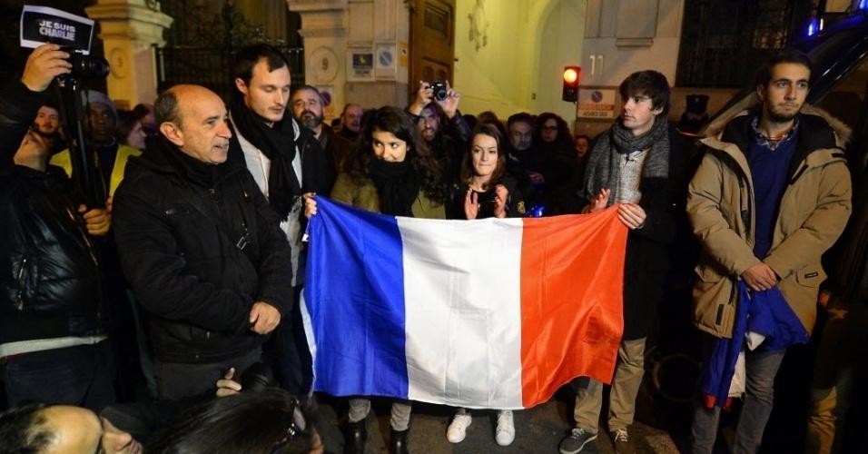 """7.jan.2015 - Grupo solidário às vítimas do ataque à sede da revista """"Charlie Hebdo"""", em Paris, se reúne em frente à embaixada da França em Madri. Pelo menos 12 pessoas morreram no atentado. Todos os serviços de segurança da França procuram pelos três homens suspeitos"""