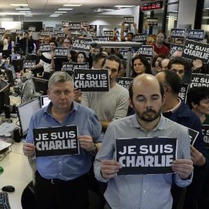 """Jornalistas da agência France Presse prestam homenagem às vítimas do atentado à """"Charlie Hebdo"""""""" - Bertrand Guay/AFP"""