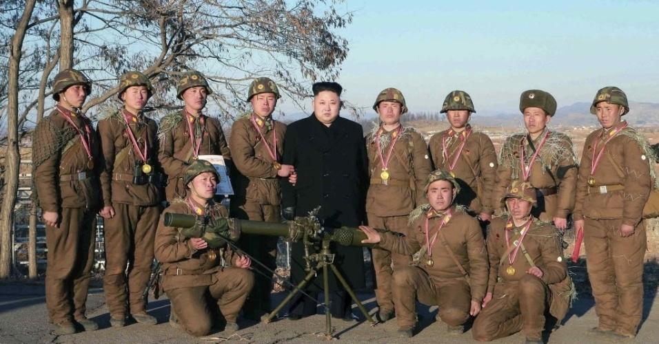 7.jan.2015 - Líder norte-coreano Kim Jong-un orienta um concurso de tiro de soldados da infantaria em formação, em Pyongyang, Coreia do Norte