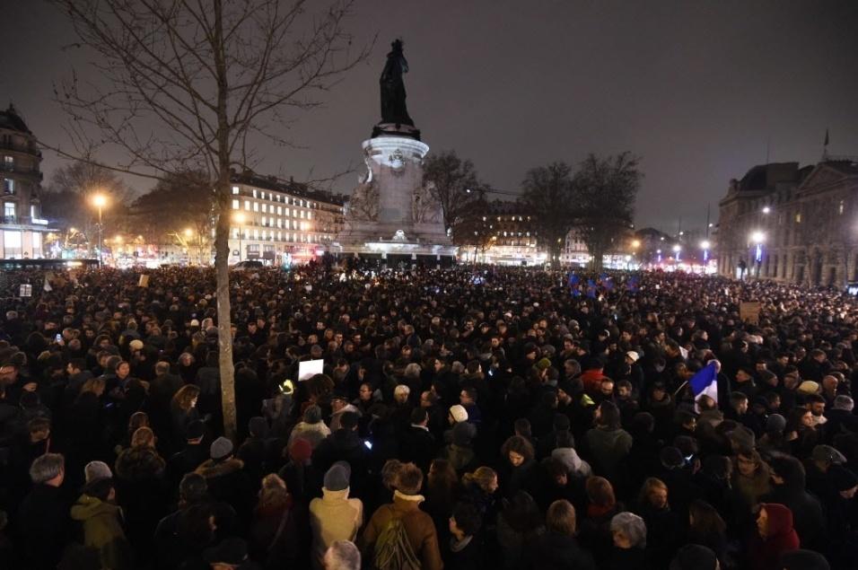 Revista francesa Charlie Hebdo é atacada por terroristas - BOL Fotos ... adf9af5f5e6c5