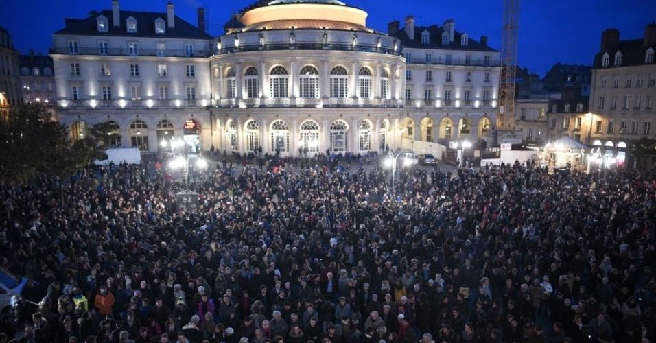 """7.jan.2015 - Multidão se reúne em frente à Prefeitura de Rennes, a sudoeste de Paris, em solidariedade às vítimas do ataque feito por um grupo armado à sede da revista semanal satírica """"Charlie Hebdo"""", na capital francesa nesta quarta-feira (7). Alguns manifestantes exibem cartazes com a mensagem """"eu sou Charlie"""". Todos os serviços de segurança da França procuram pelos três homens suspeitos de terem cometido o atentado. Apenas em Paris, o contingente policial mobilizado nas buscas soma mais de 2.200 agentes"""