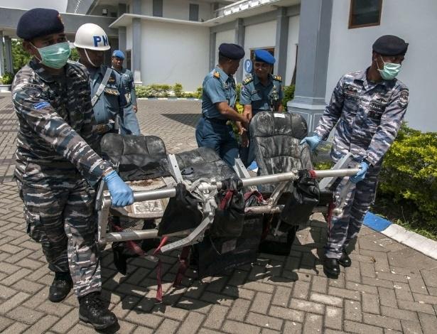 7.jan.2015 - Membros da Marinha da Indonésia carregam nesta quarta-feira (7) poltronas do avião da AirAsia que caiu no mar de Java no último dia 28 com 162 pessoas a bordo. O porta-voz da Agência Nacional de Busca e Resgate, Bambang Soelistyo, confirmou que mergulhadores identificaram também a cauda do Airbus A320 do voo QZ8510, o que aumenta as esperanças de que as caixas-pretas sejam encontradas
