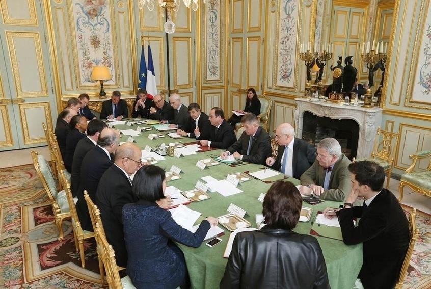 """7.jan.2015 - O presidente da França, François Hollande (à direita; ao centro), discursa durante uma reunião interministerial de crise no Palácio do Eliseu, em Paris, na França, para discutir as ações que serão tomadas após o tiroteio no escritório da revista francesa """"Charlie Hebdo"""", que deixou 12 mortos"""