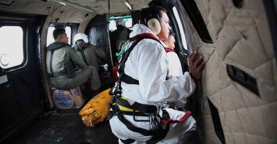 7.jan.2015 - Os membros de uma equipe de busca e resgate da Indonésia trabalham nesta quarta-feira (7) para encontrar os destroços do avião da AirAsia que caiu no mar de Java no último dia 28 com 162 pessoas a bordo. A cauda do avião já foi encontrada, o que aumentou as esperanças de que as caixas-pretas sejam localizadas e revelem o que causou a queda da aeronave