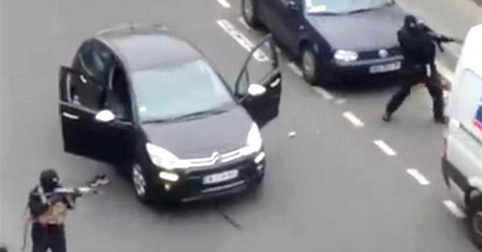 Vídeo mostra atiradores atacando sede de revista em Paris
