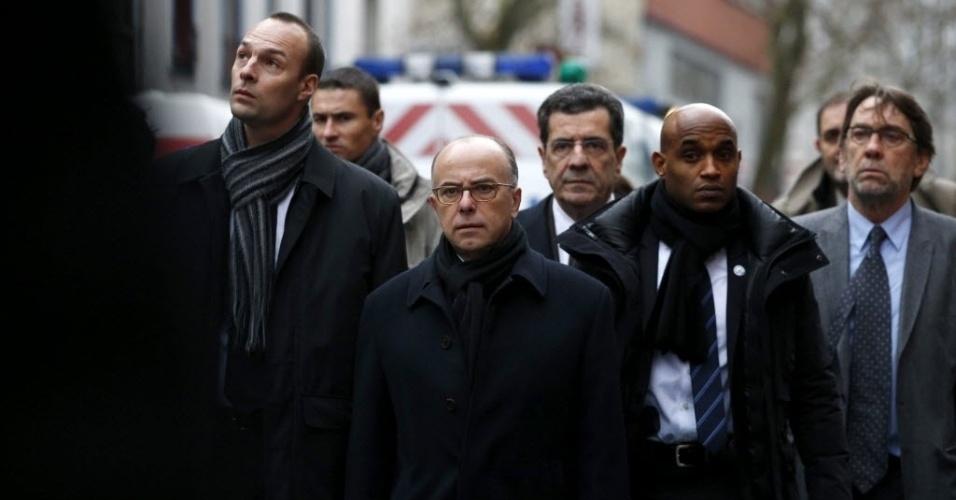 8.jan.2014 - O ministro francês do Interior, Bernard Cazeneuve (ao centro), chega em Montrouge, ao sul de Paris, na França, onde aconteceu um tiroteio nesta quinta-feira (8). Por volta das 8h (5h no horário de Brasília), um homem que vestia colete à prova de balas e carregava uma arma curta e um fuzil automático atirou contra policiais que atuavam em um acidente de trânsito. Duas pessoas ficaram gravemente feridas, um agente e um funcionário da limpeza, segundo fontes policiais