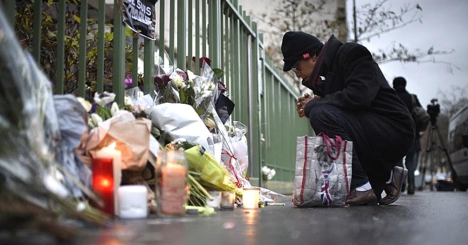 """8.jan.2014 - Um homem se ajoelha nesta quinta-feira (8) em um memorial próximo ao escritório da revista """"Charlie Hebdo"""" em Paris, na França, para homenagear os mortos no tiroteio desta quarta-feira (7). Homens armados e encapuzados invadiram a sede da revista francesa e atiraram contra funcionários em um ataque que matou ao menos 12 pessoas, segundo informações das autoridades locais. Vários suspeitos foram detidos por relação com o atentado contra a """"Charlie Hebdo"""" e os dois principais procurados já estavam sendo monitorados pelas forças da ordem"""