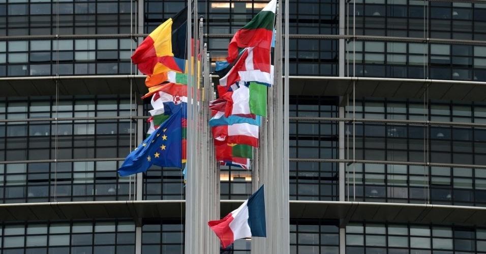 """8.jan.2015 - A bandeira francesa é colocada a meio mastro em frente ao Parlamento Europeu, em Estrasburgo, no leste da França, em respeito às vítimas do ataque contra a revista satírica """"Charlie Hebdo"""", que deixou 12 pessoas mortas"""