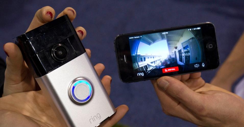 8.jan.2015 - A Ring Doorbell foi apresentada na CES 2015 como uma campainha inteligente. Ela tem uma câmera HD acoplada, que faz uma chamada para o dono de casa quando alguém a toca e não tem ninguém no local. Para receber essa chamada de vídeo, é necessário baixar o aplicativo da Ring para Android ou iOS. O aparelho vai ser lançado no segundo semestre nos Estados Unidos e tem preço sugerido de US$ 199
