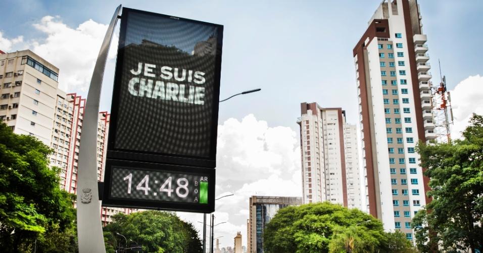 """8.jan.2015 - Em São Paulo, relógios e marcadores de temperatura localizados na avenida 23 de Maio (próximo ao Parque do Ibirapuera) prestam homenagem à revista """"Charlie Hebdo"""", da França,  nesta quinta-feira (8). A revista de sátiras francesa sofreu ataque de terroristas que matou 12 pessoas"""