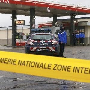 """Faixa isola posto de gasolina em Villers-Cotterets, a nordeste de Paris, onde os suspeitos do ataque contra a revista """"Charlie Hebdo"""" foram vistos em um carro - Pascal Rossignol/Reuters"""