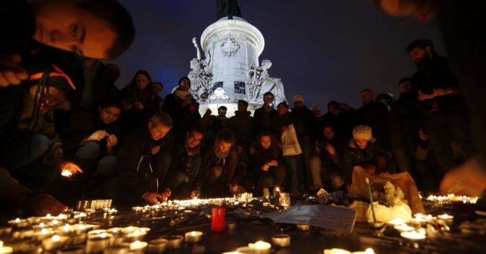 """8.jan.2015 - Franceses acendem velas durante um vigília na praça da República, em Paris, em homenagem às 12 vítimas do ataque contra a revista satírica francesa """"Charlie Hebdo"""". O massacre que ocorreu em 7 de janeiro é o mais sangrento do país em meio século, desencadeando manifestações de solidariedade em todo o mundo"""