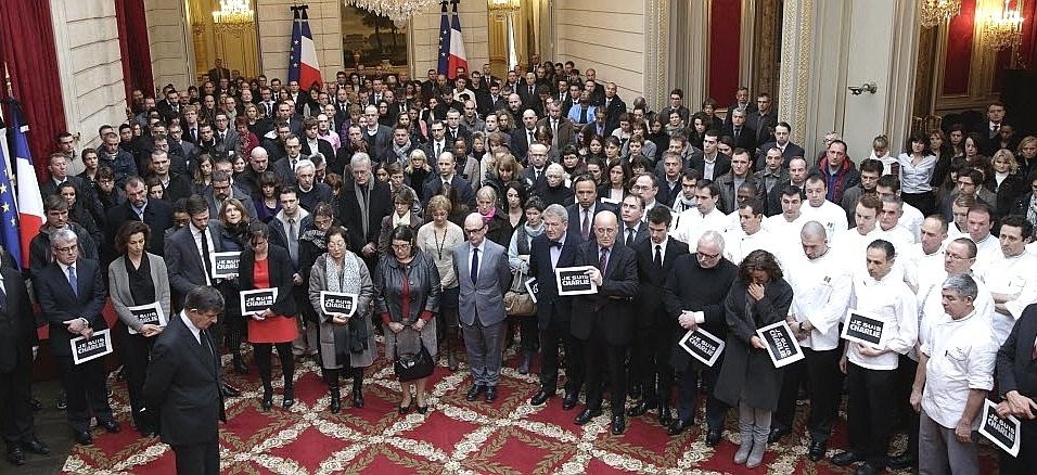 """8.jan.2015 - Funcionários do Palácio de Eliseu fazem um minuto de silêncio em homenagem às vítimas do atentado contra o escritório da revista satírica """"Charlie Hebdo"""", em Paris"""