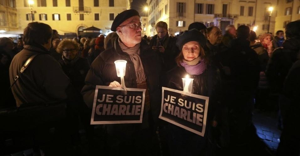"""8.jan.2015 - Italianos seguram cartazes dizendo """"eu sou Charlie"""" (em tradução do francês) em homenagem às 12 vítimas do ataque contra a revista satírica francesa """"Charlie Hebdo"""", em frente à embaixada francesa em Roma"""
