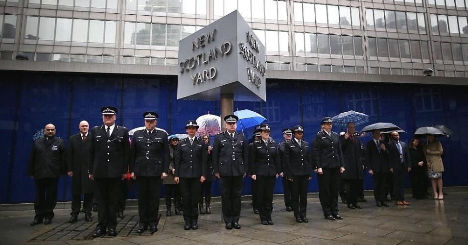 """8.jan.2015 - Oficiais fazem dois minutos de silêncio na sede da Scotland Yard (a polícia metropolitana londrina), em Londres, na Inglaterra. A França está no nível máximo de alerta de segurança depois do atentado contra a revista satírica """"Charlie Hebdo"""" em Paris"""