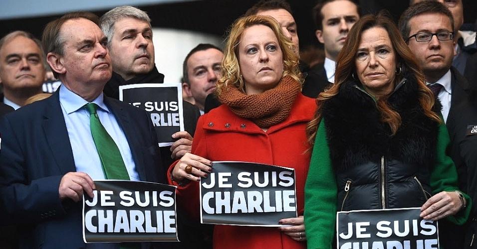 """8.jan.2015 - Membros do Parlamento Europeu seguram cartazes dizendo """"eu sou Charlie"""" enquanto fazem um minuto de silêncio em homenagem às vítimas do atentado contra a revista francesa """"Charlie Hebdo"""", em Bruxelas, na Bélgica"""