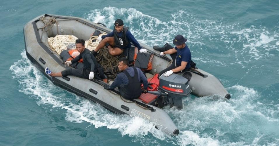 8.jan.2015 - Mergulhadores entraram no mar de Java, nesta quinta-feira (8), para vasculhar os destroços de um avião da AirAsia em busca pelas caixas-pretas, que podem revelar a causa da queda da aeronave, informou a agência de busca e resgate da Indonésia. O voo QZ8501 desapareceu dos radares sobre o norte do mar de Java em 28 de dezembro, com menos da metade de um trajeto de duas horas a partir de segunda maior cidade da Indonésia, Surabaya, para Cingapura. Não houve sobreviventes entre as 162 pessoas a bordo