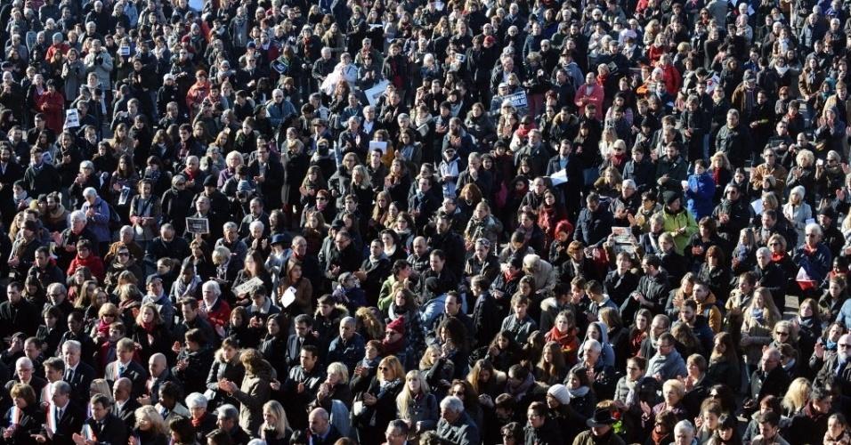 """8.jan.2015 - Multidão faz um minuto de silêncio em frente à Prefeitura de Toulouse, na França, em homenagem às vítimas do ataque à revista satírica francesa """"Charlie Hebdo"""", que deixou 12 pessoas mortas"""