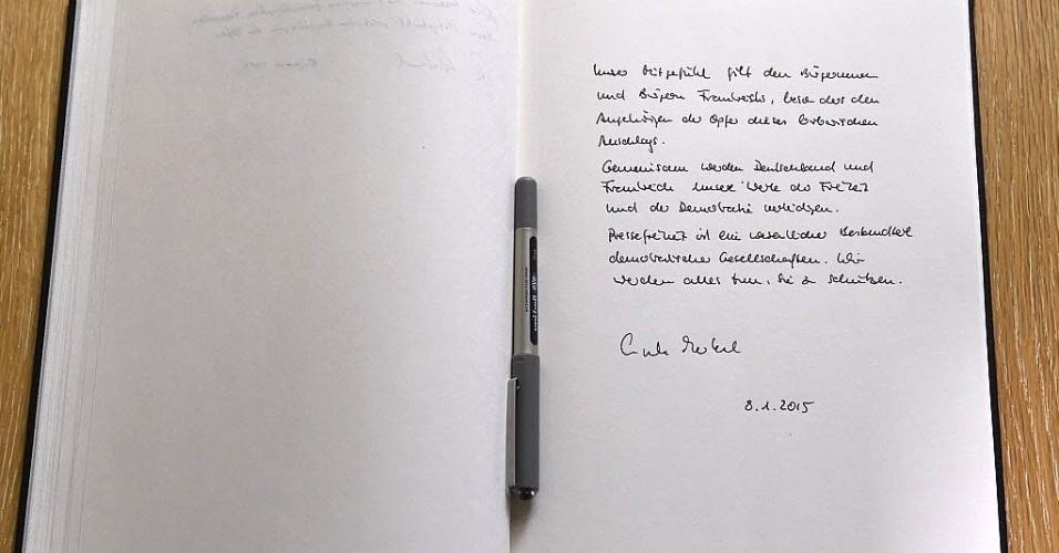 """8.jan.2015 - O livro de condolências às vítimas do ataque contra a revista satírica """"Charlie Hebdo"""" foi assinado pela chanceler alemã Angela Merkel na embaixada da França, em Berlim"""