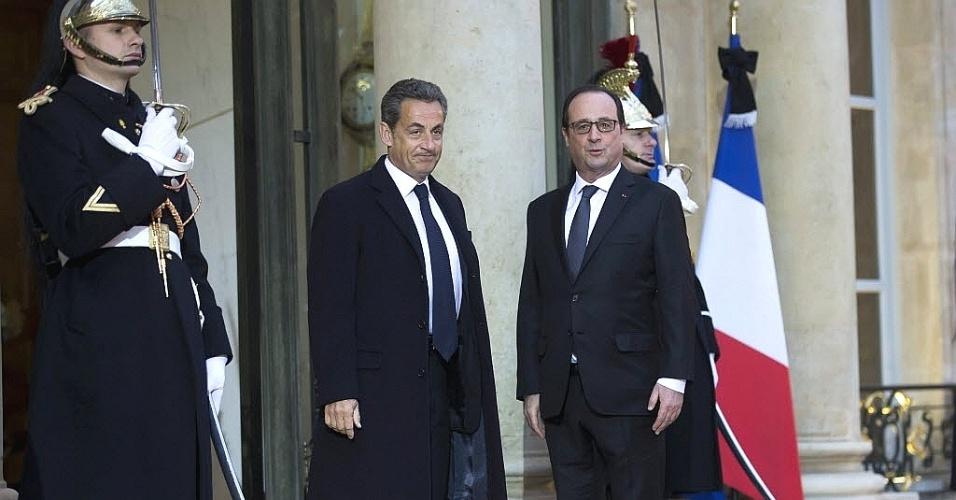 8.jan.2015 - Nicolas Sarkozy (à esquerda) voltou pela primeira vez ao Palácio do Eliseu depois de sua derrota na eleição presidencial de 2012 para se encontrar com o socialista e atual presidente da França, François Hollande. Depois da reunião, Sarkozy falou à imprensa que era seu dever ter comparecido ao palácio para mostrar que o momento do país é de união em torno dos valores da República