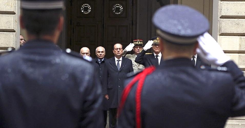 """8.jan.2015 - O presidente francês, François Hollande (ao centro), acompanhado por autoridades do país,  faz um minuto de silêncio em frente a Prefeitura de Paris, em homenagem às vítimas do ataque contra a sede da revista satírica """"Charlie Hebdo"""""""