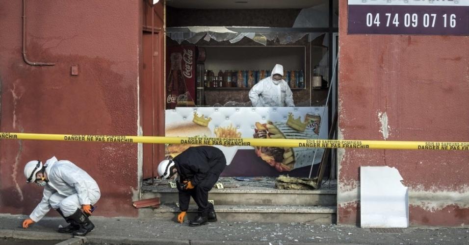 """8.jan.2015 - Oficiais investigam uma loja de kebab que foi alvo de explosão perto de uma mesquita, em Villefranche-sur-Saône, no leste da França. O medo se espalhou no país após o atentado contra o escritório da revista """"Charlie Hebdo"""", matando 12 pessoas"""