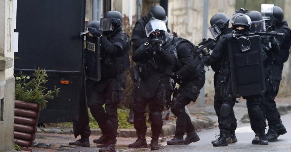 """8.jan.2015 - Polícia especial francesa realiza buscas de casa em casa em Longpont, a nordeste de Paris. A operação faz parte das buscas pelos suspeitos de terem cometido o ataque contra a revista satírica """"Charlie Hebdo"""", mantando 12 pessoas"""
