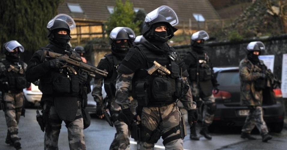 """8.jan.2015 - Policiais das forças especiais patrulham região de Corcy, no norte da França, como parte das buscas pelos suspeitos de terem cometido o ataque contra a revista satírica """"Charlie Hebdo"""", mantando 12 pessoas"""
