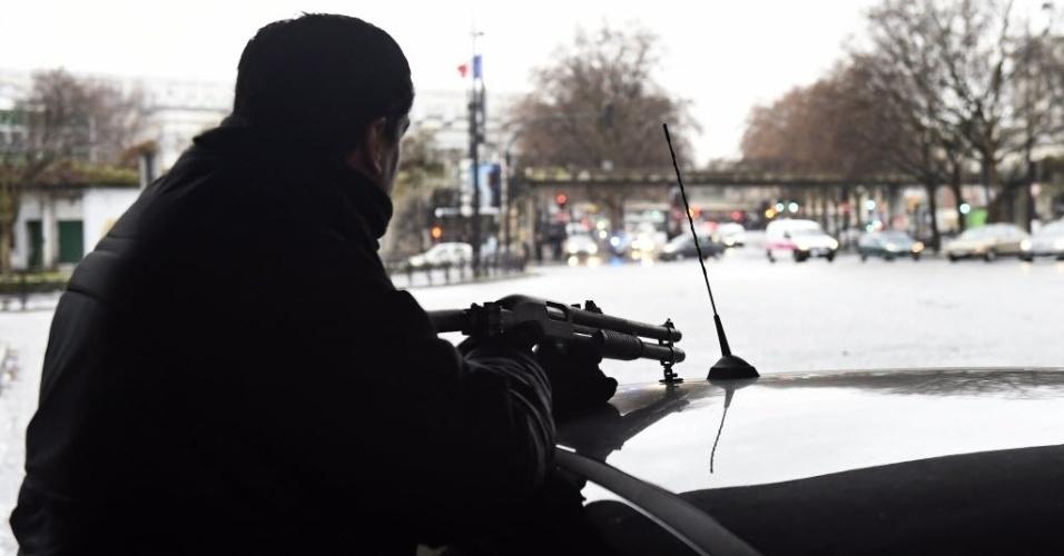 8.jan.2015 - Policial fica de guarda na estrada Porte de la Villette, em Paris, após um policial ser morto e um funcionário da cidade ficar gravemente ferido durante um novo tiroteio nesta quinta-feira. O atirador fugiu, disse o ministro do Interior francês