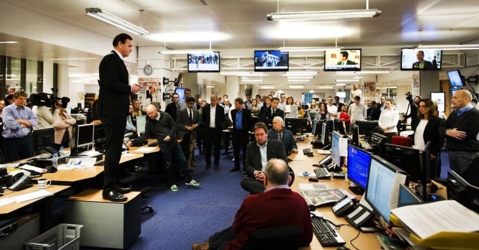 """8.jan.2015 - Sjuul Paradijs (à esquerda), editor-chefe do jornal holandês """"Telegraaf"""", faz um minuto de silêncio junto com sua equipe em memória às vítimas do atentado contra a revista francesa """"Charlie Hebdo"""", em Amsterdã"""