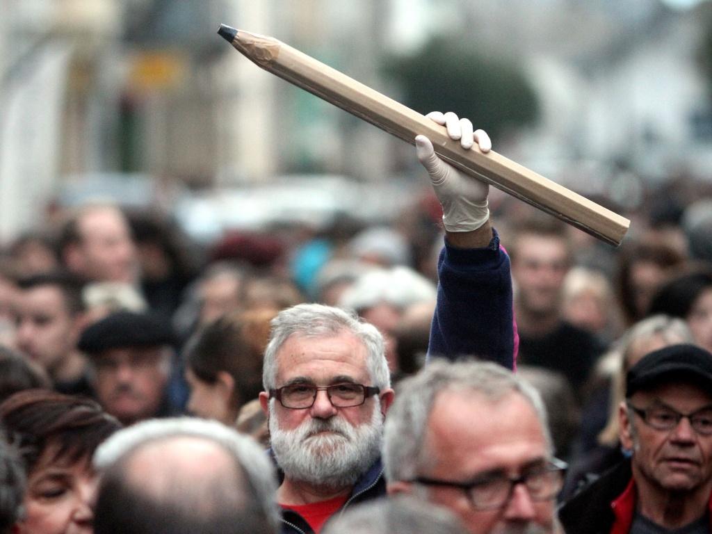 """8.jan.2015 - Um cidadão francês segura um lápis durante uma manifestação em Tarbes, no sul da França, em memória das vítimas do ataque terrorista à revista semanal satírica """"Charlie Hebdo"""", realizado um dia antes. Homens armados e encapuzados invadiram o escritório da publicação e mataram 10 jornalistas e dois policiais no que foi considerado o maior massacre em 50 anos no país. Por toda França, cidadãos estão saindo às ruas para participar de vigílias e protestos contra a violência. """"Charlie Hebdo"""" é uma revista semanal conhecido por sua postura irreverente em relação a religião, que levou seus diretores a publicar charges polêmicas envolvendo o profeta Maomé"""