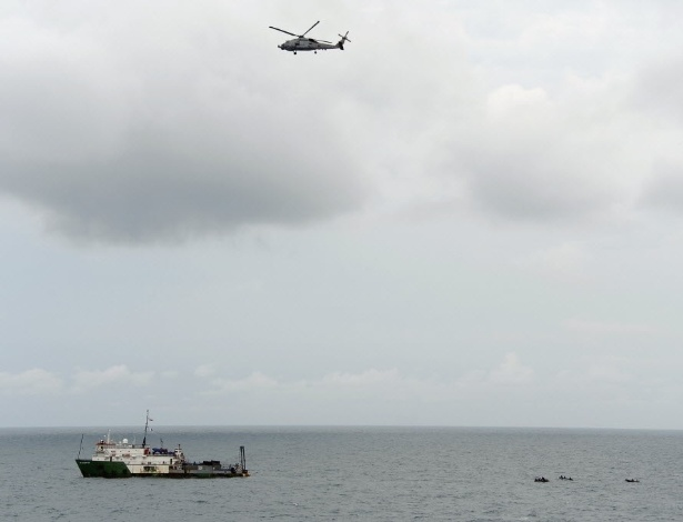 8.jan.2015 - Um helicóptero auxiliou mergulhadores da Marinha da Indonésia em operação no mar de Java, nesta quinta-feira (8), para buscar os destroços do avião da AirAsia em busca pelas caixas-pretas, que podem revelar a causa da queda da aeronave, informou a agência de busca e resgate da Indonésia. O voo QZ8501 desapareceu dos radares sobre o norte do mar de Java em 28 de dezembro, com menos da metade de um trajeto de duas horas a partir de segunda maior cidade da Indonésia, Surabaya, para Cingapura. Não houve sobreviventes entre as 162 pessoas a bordo