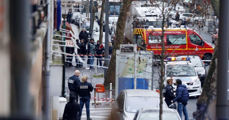8.jan.2015 - Um homem com um colete à prova de balas e uma metralhadora disparou na manhã desta quinta-feira (8) perto de Paris contra policiais municipais, ferindo gravemente um deles. Um suspeito foi detido logo após o tiroteio, ocorrido em Montrouge, um município situado ao sul de Paris. O tiroteio ocorre um dia após o atentado contra a revista Charlie Hebdo, que matou 12 pessoas