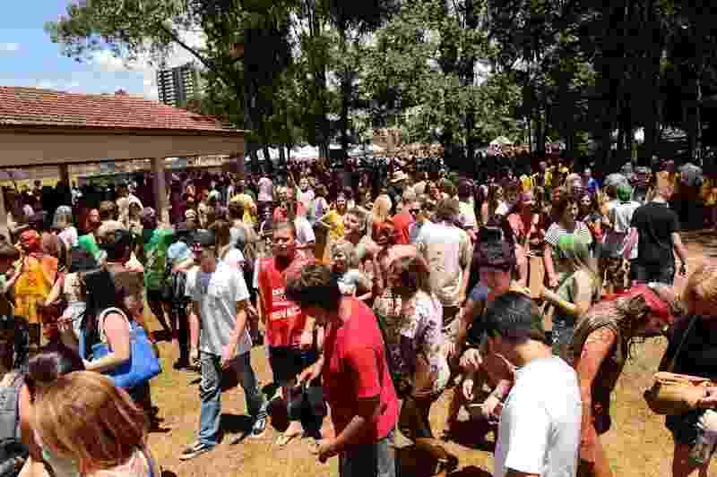 9.jan.2015 - Aprovados na primeira chamada do vestibular 2015 da UFPR (Universidade Federal do Paraná) comemoram participando do tradicional banho de lama da universidade em Curitiba - Lucas Pontes/UOL