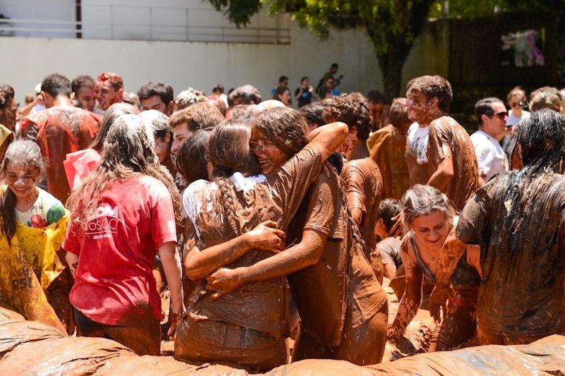 9.jan.2015 - Aprovados na primeira chamada do vestibular 2015 da UFPR (Universidade Federal do Paraná) comemoram participando do tradicional banho de lama da universidade em Curitiba