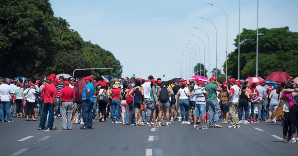 9.jan.2014 - Professores da rede pública do DF fazem manifestação em frente ao Palácio do Buriti para reivindicar o pagamento de atrasados