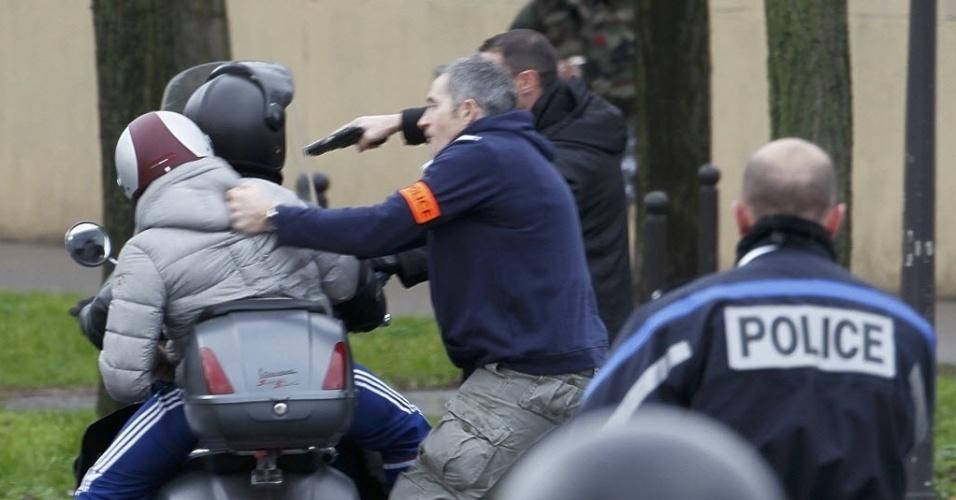 9.jan.2015 - A polícia francesa prendeu jovens em uma moto quando eles se aproximavam de um mercado kosher (judaico) onde sequestradores mantinham reféns no leste de Paris nesta sexta-feira (9). Segundo a imprensa local, o sequestrador seria o mesmo que matou uma policial e feriu um funcionário da limpeza em Montrouge, no sul de Paris, na quinta-feira
