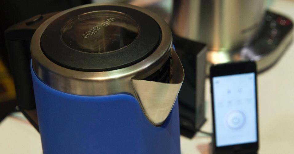 9.jan.2015 - Apresentada na CES 2015, a chaleira e cafeteira Smarter pode ser controlada por smartphone. Com um aplicativo, o usuário consegue saber se o nível de café está baixo ou se falta água para o dispositivo